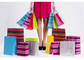 有充分的购物袋的妇女