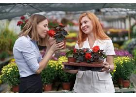 温室所有者将鲜花选项呈现给潜在的客户零售_11176245