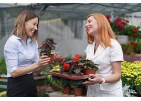 温室所有者将鲜花选项呈现给潜在的客户零售_11176252