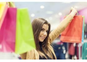 有购物袋的满意的女人